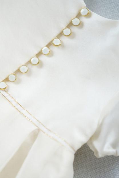 Kremowa sukienka ze złotymi elementami Sophia Petite Maison