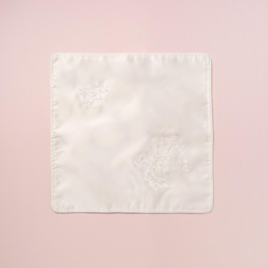 Tradycyjna szatka do chrztu ze spersonalizowanym haftem pokryta ręcznie naszywaną delikatną koronką