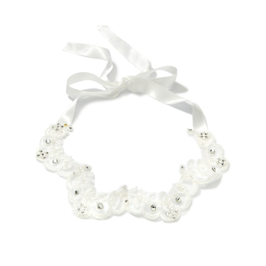 Biała miękka opaska na chrzest dla dziewczynki z błyszczącymi diamencikami i koronką