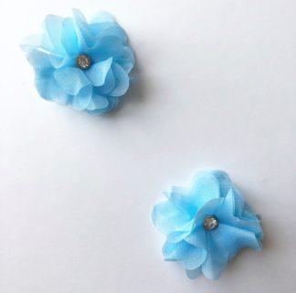 2 sztuki w zestawie Kolor: Jasnoniebieski Rozmiar: 5 cm Delikatne spinki z szyfonowymi kwiatkami w kolorzejasnoniebieskim to subtelny i dziewczęcy akcent pasujący do sukienek od Petite Maison. Można je nosić zarówno na dzienne jak i wieczorowe okazje. Spinki są wykończone diamencikowym elementem aby nadać całości błysku i elegancji. Dostępne także w kolorach białym i różowym.